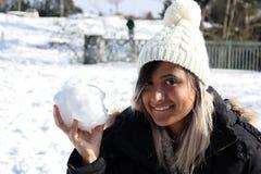 有雪球的妇女 儿童有父亲的乐趣一起使用 冬天衣裳 免版税库存图片