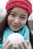 有雪球的少妇 库存图片