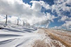 有雪的一条山路在边,在深,蓝天wi下 库存图片