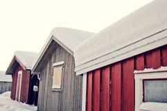 有雪的三个小屋在屋顶 免版税图库摄影