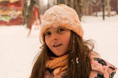 有雪的女孩在帽子和头发 库存图片