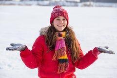 有雪的愉快的女孩在冬天风景的手上 免版税图库摄影
