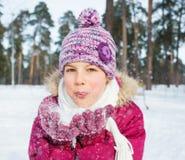 有雪的愉快的青少年的女孩 免版税库存图片