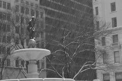 有雪的普利策喷泉在运动 库存图片