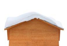 有雪的木房子在屋顶 免版税库存图片