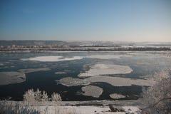 有雪的河在冬天 免版税库存照片