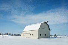 有雪的白色谷仓 库存图片