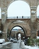 有雪的石桥梁在特鲁埃尔省 库存图片