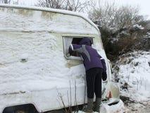 有雪的老有蓬卡车 库存照片