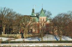 有雪的老维多利亚女王时代的房子 免版税库存照片