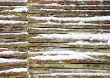 有雪的被连接的木篱芭墙壁在冬天 免版税图库摄影