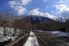 有雪的路盖子在冬天moutain 免版税库存照片