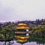有雪的金黄亭子droped的Kinkaku籍寺庙 免版税库存照片