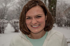 有雪的Brunutte妇女在她的头发 库存照片