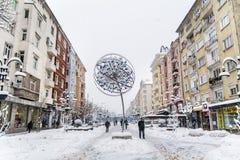 有雪的Vitosha街道在索非亚,保加利亚 花雪时间冬天 库存照片