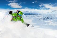 有雪粉末爆炸的高山freeride滑雪者 库存照片