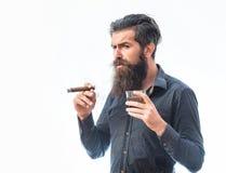 有雪茄和威士忌酒的人 免版税库存照片