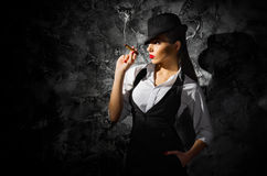 有雪茄的危险和美丽的犯罪女孩 图库摄影