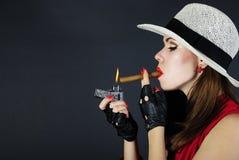 有雪茄的美丽的聪慧的女孩 库存图片