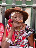 有雪茄的老妇人 图库摄影