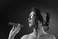 有雪茄的年轻美丽的妇女 库存图片