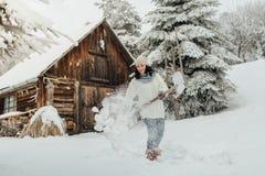 有雪铁锹清洁雪的妇女 免版税库存照片