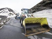 有雪链子的推土机在de la bonnette col高在国家公园du mercantour阿尔卑斯在法国 免版税库存照片