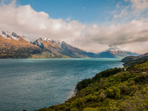 有雪caped山的湖 免版税图库摄影