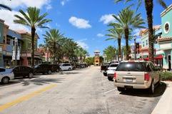 有零售店的街道&停放了汽车inSouth FL 免版税图库摄影