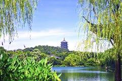 有雷峰塔的反射的杭州西湖在一个晴天 免版税库存照片