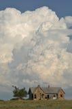 有雷暴的老房子 库存照片