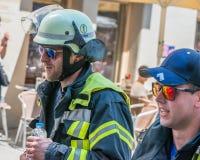 有雷根斯堡马拉松2018年-雷根斯堡,德国的消防队员衣服的参加者在老市政厅的 免版税库存图片