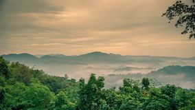 有雾在与剧烈的天空的山 股票录像