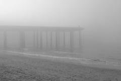 有雾海滩的日 库存照片