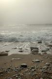 有雾海滩的日 免版税库存图片