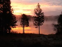 有雾的五颜六色的日出 湖安娜VA假期 免版税图库摄影