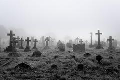 有雾的公墓背景 库存照片