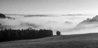 有雾的农村风景在eifel的早晨 免版税库存照片