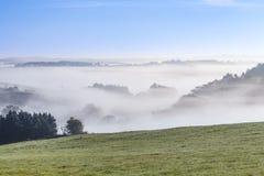 有雾的农村风景在eifel的早晨 库存图片