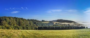 有雾的农村风景在eifel的早晨 图库摄影