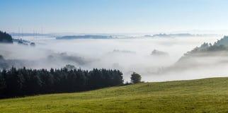 有雾的农村风景在eifel的早晨 免版税库存图片