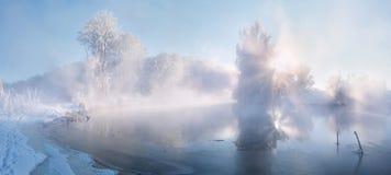 有雾的冬天日出 库存图片