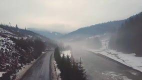 有雾的冻冬天河 熔化的雪和冰在早期的春天 股票视频