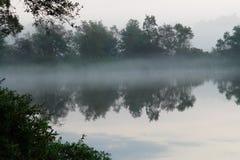 有雾的前黎明湖 免版税库存照片