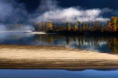 有雾的北部汤普森河,不列颠哥伦比亚省 库存照片