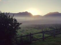 有雾的国家日出俯视的山 库存照片