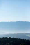 有雾的多小山地面 库存图片