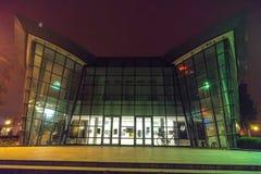 有雾的夜的戏院在波摩莱,保加利亚的中心 免版税库存图片
