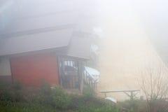 有雾的天气的小屋 免版税图库摄影