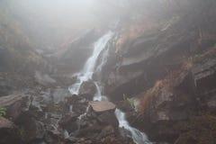 有雾的奥秘瀑布 库存图片